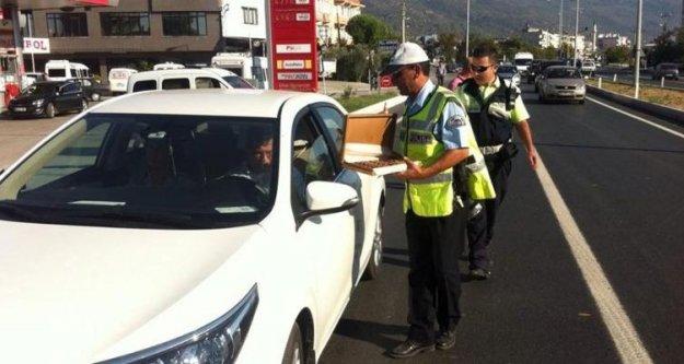 Çine Polisinden Sürücülere Bayram Çikolatası