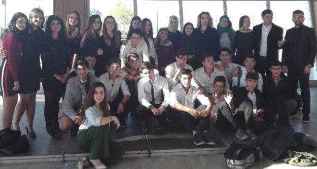 70. Yıl Öğrencilerinden Öğretmenlere Sürpriz Kutlama