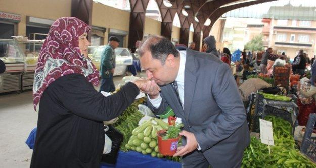 Başkan Dinçer, Kadınlara Çiçek Dağıttı