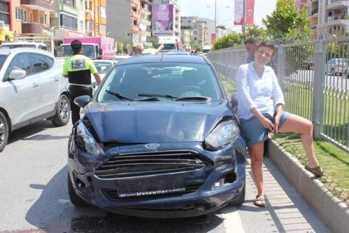 Kadın Sürücü Öfkesini Otomobilden Çıkardı