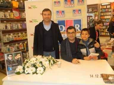 Enver Aysever son kitabını  Forum Aydın'da imzaladı
