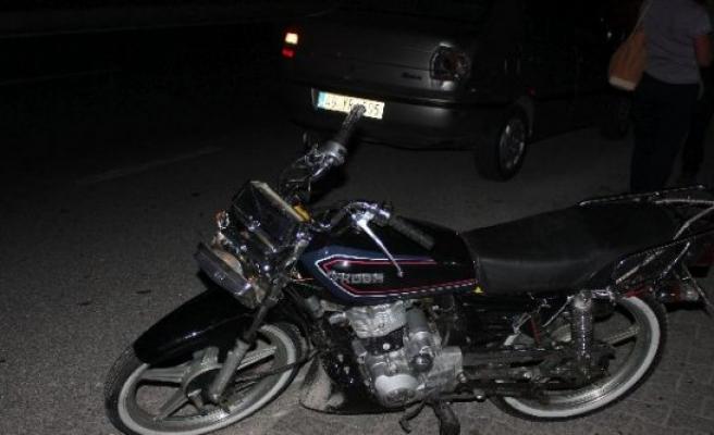 Motosiklet Araca Çarptı: 1 Yaralı