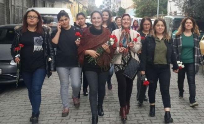 AK Parti Kadınları 8 Mart Kadınlar Gününü Karanfille Kutladı