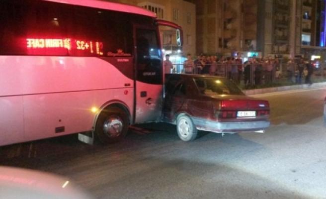 Çine'de Yolcu Minibüsü Otomobile Çarptı