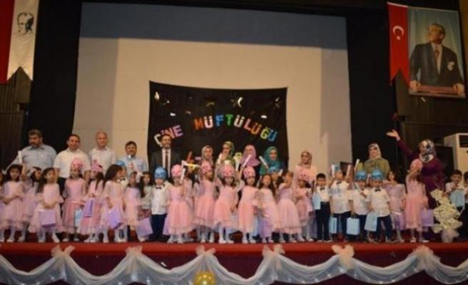 Minik Kur'an Kursu Öğrencilerinin Yılsonu Gösterisi
