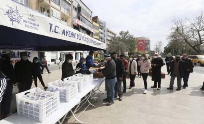 Aydın Büyükşehir Belediyesi Miraç Kandili'nde Vatandaşlara Helva Dağıttı