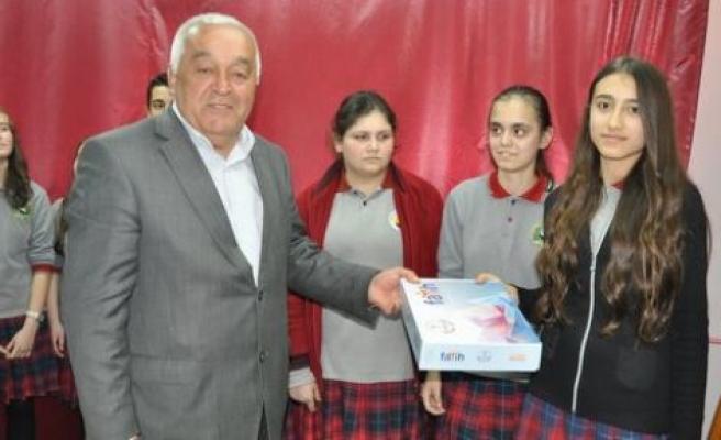 Akçaovalı öğrencilere tablet bilgisayar dağıtıldı