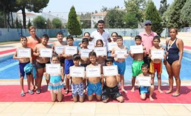 Aydın Büyükşehir Belediyesi Kültür Merkezi Yüzme Kursu Mezunlarını Verdi