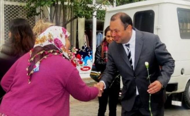 Başkan Dinçer'den, Çineli kadınlara karanfil