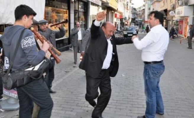 CHP'lilerden davullu zurnalı kutlama