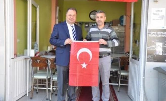 Çine Belediyesi Türk Bayrağı Dağıttı
