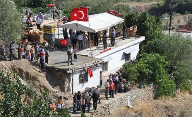 Şehidin memleketi Türk bayraklarıyla donatıldı