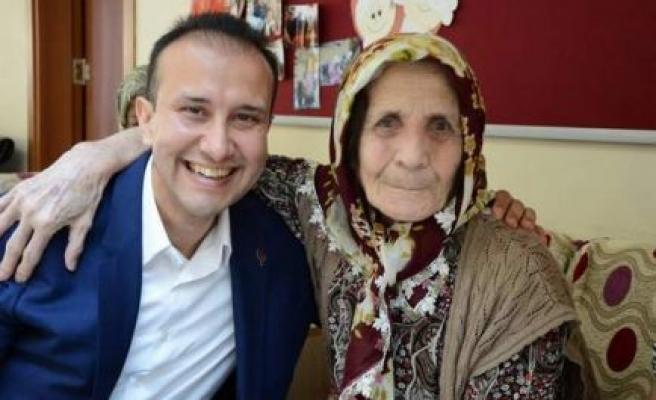 Huzurevi Sakinleri Hakan Çağlar Erürker'i Bağrına Bastı