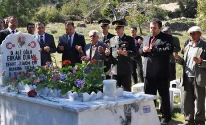 Kabri yenilenen Şehit Duran, dualarla anıldı