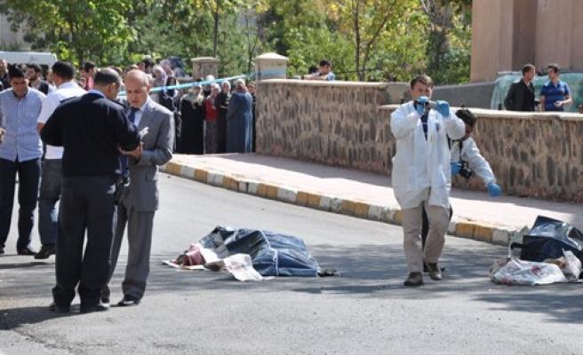 Polis memuru cinnet geçirdi: 2 ölü