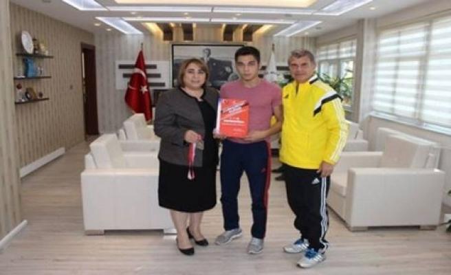 Türkiye Üçüncüsü Genç Güreşçiden Anlamlı Ziyaret