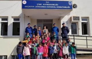 Akçaovalı Anaokulu Öğrencilerinden Jandarma Karakoluna...