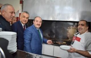 Bakan Varank Önce Köfte Pişirdi, Sonra Tatlı İkram...