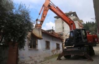 Efeler'de Metruk Bina Yıkıldı