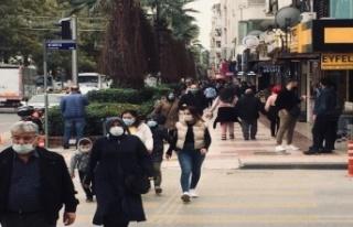 Kırmızıya dönen Aydın'da, sokaklardaki kalabalık...