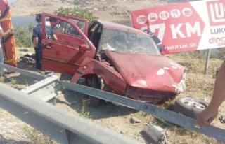 Bariyerlere çarpan otomobildeki 3 kişi yaralandı