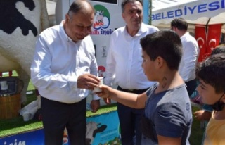 Çine Belediyesi çocuklara süt dağıttı
