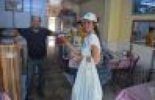 Germencik MHP Kadın Kolları, Türk Bayrağı Dağıttı