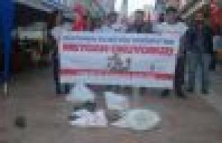 TGB Obama'yı Ayakkabı ve Çuvalla Protesto Etti