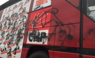 CHP'nin seçim otobüsüne saldırıldı!