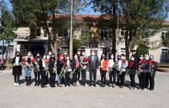 Başkan Dinçer, 8 Mart Dünya Kadınlar Gününde karanfil dağıttı