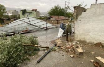 Çine'de fırtına: Çatılar uçtu, ağaçlar devrildi