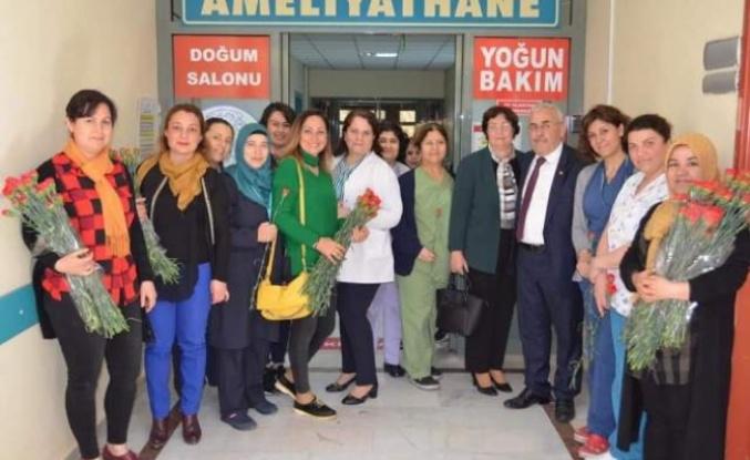Celal Özden, 8 Mart'ta Karanfil Dağıttı