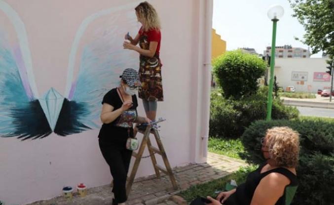 Efeler'in Duvarları Anneler Günü İçin Renklendi