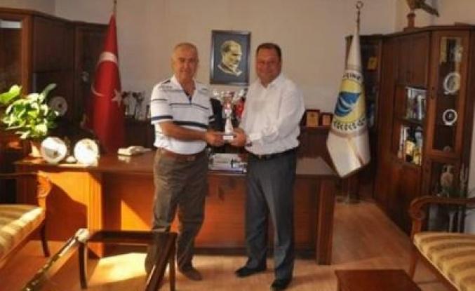 Kurtuluş Kupasını Başkan'a hediye ettiler